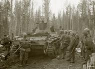 Asisbiz German Wehrmacht Gebirgsjagers with Panzer III tanks during their attack near Louhi heading to Jelettijarvi 15th May 1942 88771