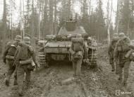 Asisbiz German Wehrmacht Gebirgsjagers with Panzer III tanks during their attack near Louhi heading to Jelettijarvi 15th May 1942 88773