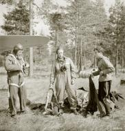 Asisbiz FAF Petlyakov Pe 2 PE2xx back from their Intel mission Lappeenranta Finland 30th Jun 1944 02
