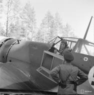 Asisbiz Fokker D XXI FAF LeLv12 FR117 Major Maunula at Nurmoila 5th Mar 1942 01