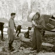 Asisbiz Fokker D XXI FAF LeLv12 FR117 Major Maunula at Nurmoila 5th Mar 1942 02