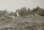 Asisbiz Curtiss Hawk 75A6 FAF 1.LeLv12 CU581 and CU577 taxing Nurmoila Finland 18th Oct 1943 01