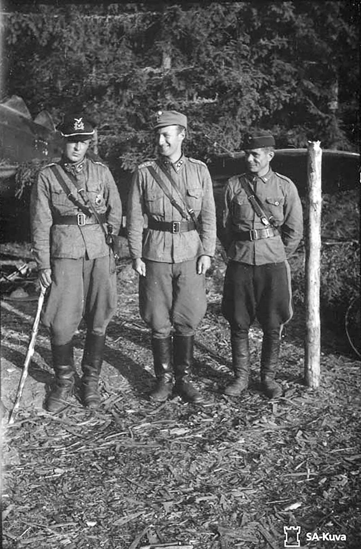 Aircrew FAF from L R Olli Puhakka, Eero Enroth and Lautamaki at Lunkula 13th Aug 1941 01