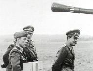 Asisbiz Aircrew General der Jagdflieger Adolf Galland inspects Ekdo 25 Achmer 1943 04