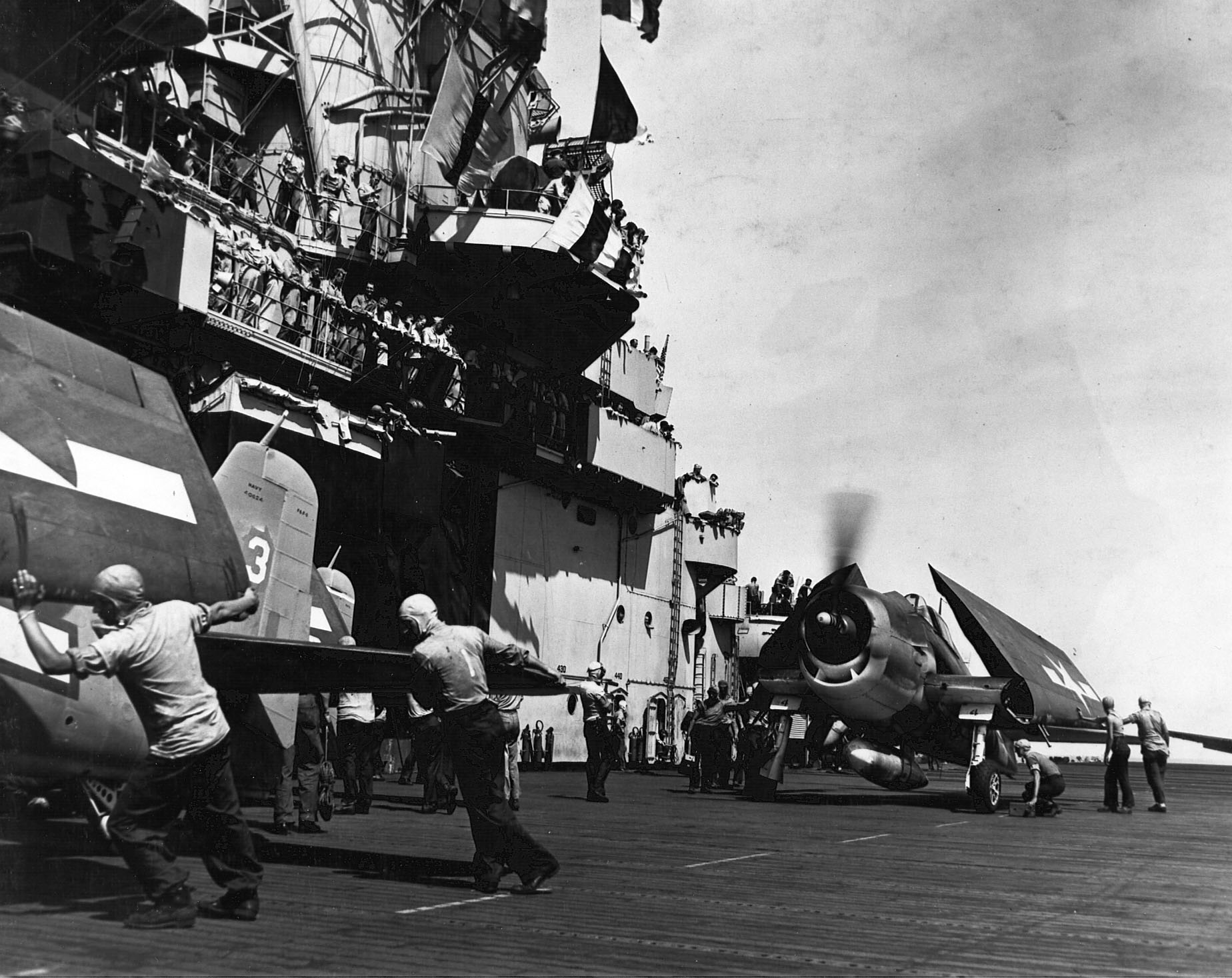 Grumman F6F 3 Hellcat VF 15 personnel crowd Vultures Row aboard CV 9 USS Essex 01