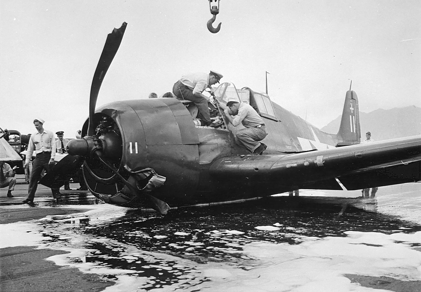 Grumman F6F 3 Hellcat VF 18 White 11 belly landed 01