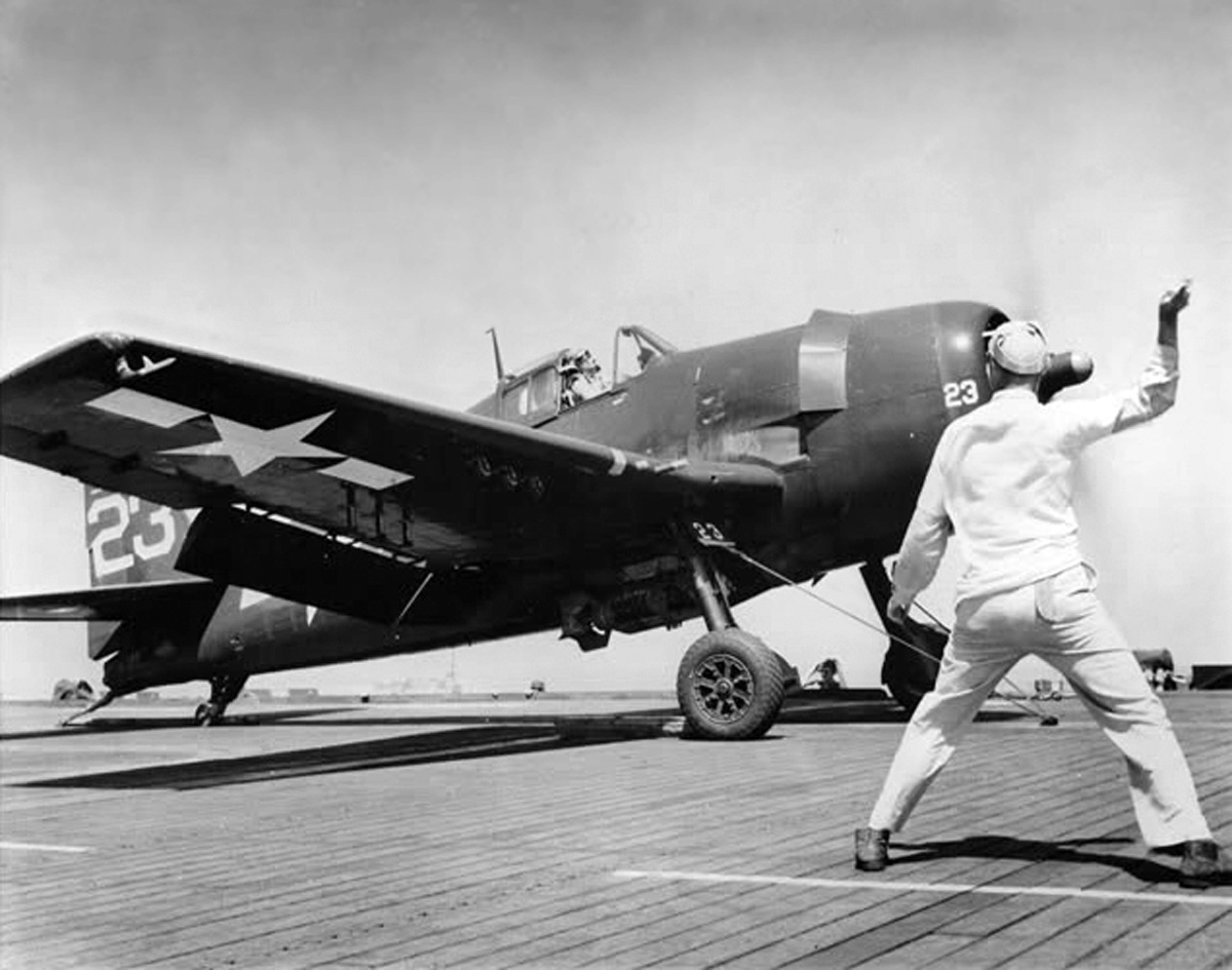 Grumman F6F 5 Hellcat White 23 preparing to launch 01