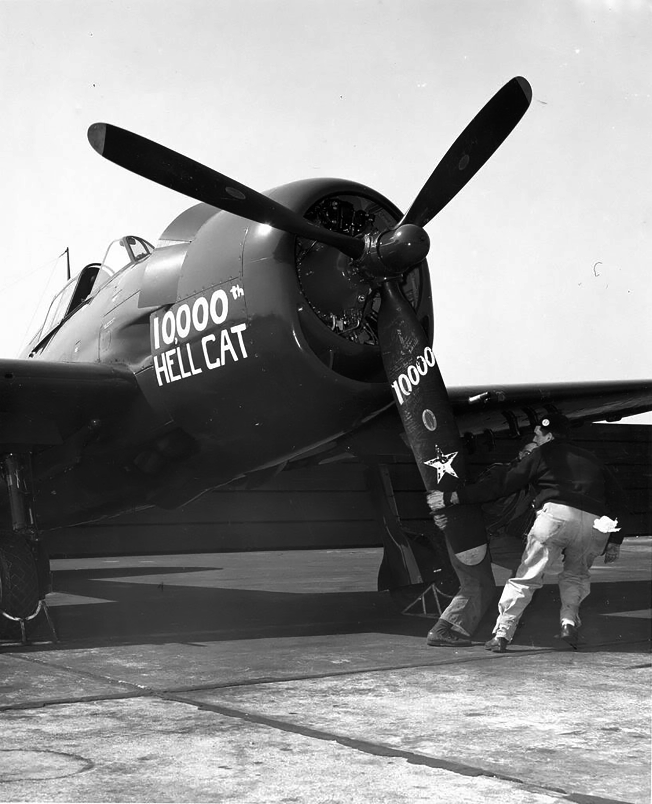 Grumman F6F 5 Hellcat VBF 87 White 76 named 10,000th Hellcat CV 14 USS Ticonderoga June 1945 03