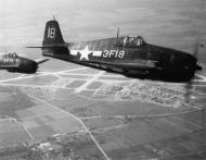 Asisbiz Grumman F6F 5 Hellcat VF 3 White 3F18 flying in formation near NAAS Oceana VA 1945 02