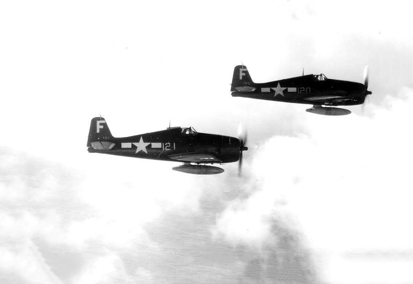 Grumman F6F 3 Hellcat VF 83 White F121 and F120 from CV 9 USS Essex 01