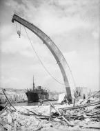 Asisbiz SS Melbourne Star discharging cargo on arrival at Malta 19 24 Aug 1942 IWM A11495