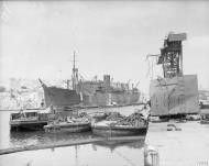 Asisbiz SS Melbourne Star discharging cargo on arrival at Malta 19 24 Aug 1942 IWM A11497