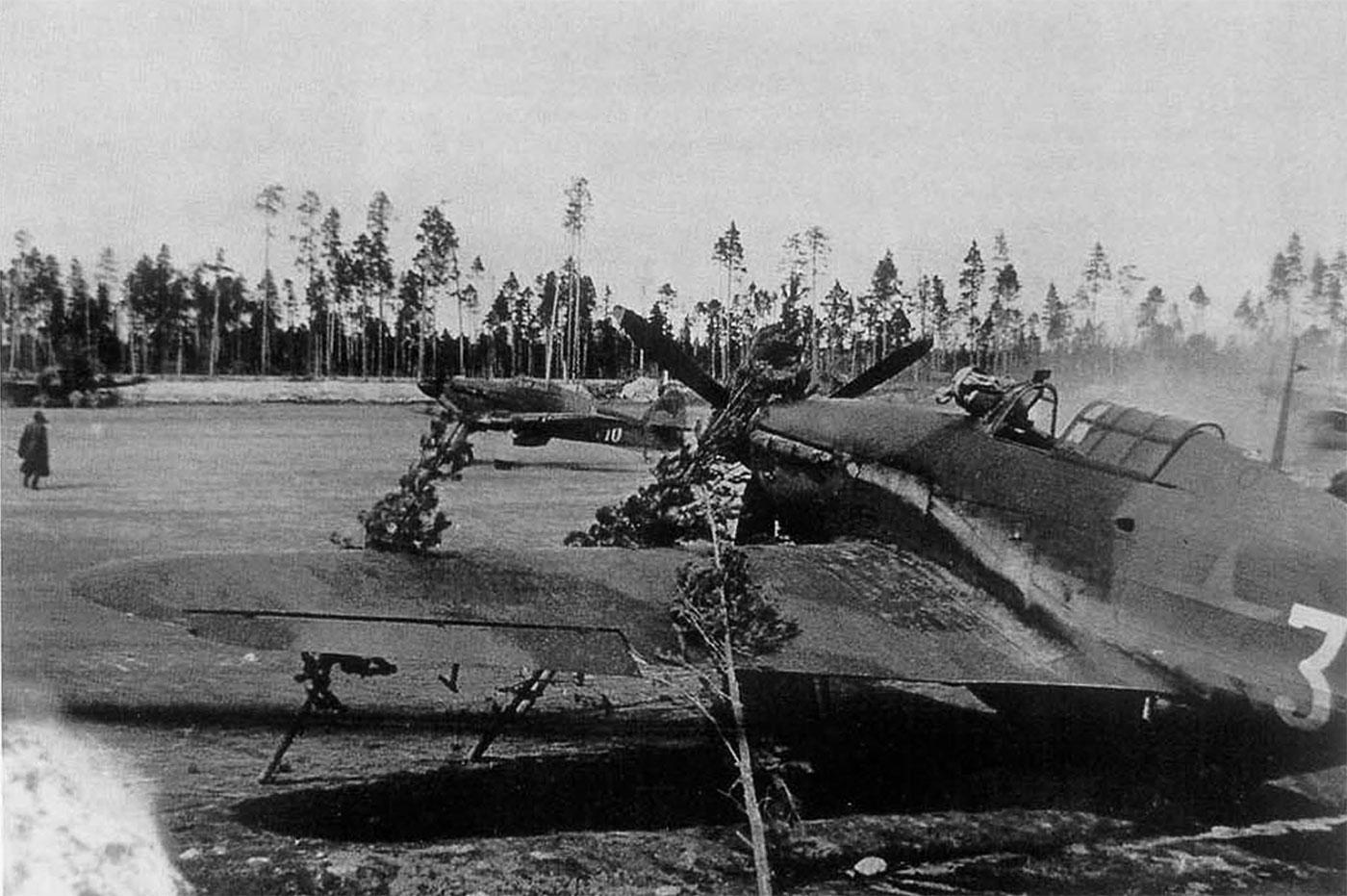 Hurricane I USSR 1GvIAP White 32 and White 10 Russia 1942 01