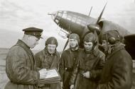 Asisbiz Aircrew Soviet 5GMTAP or 5th Guards mine torpedo air regiment crew briefing 1943 02