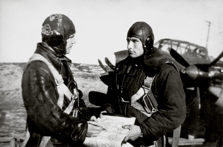 Aircrew Soviet 118OMRAP JnrLt VM Samarin and Hero of the Soviet Union Shein Pavel Stepanovich 1943 01