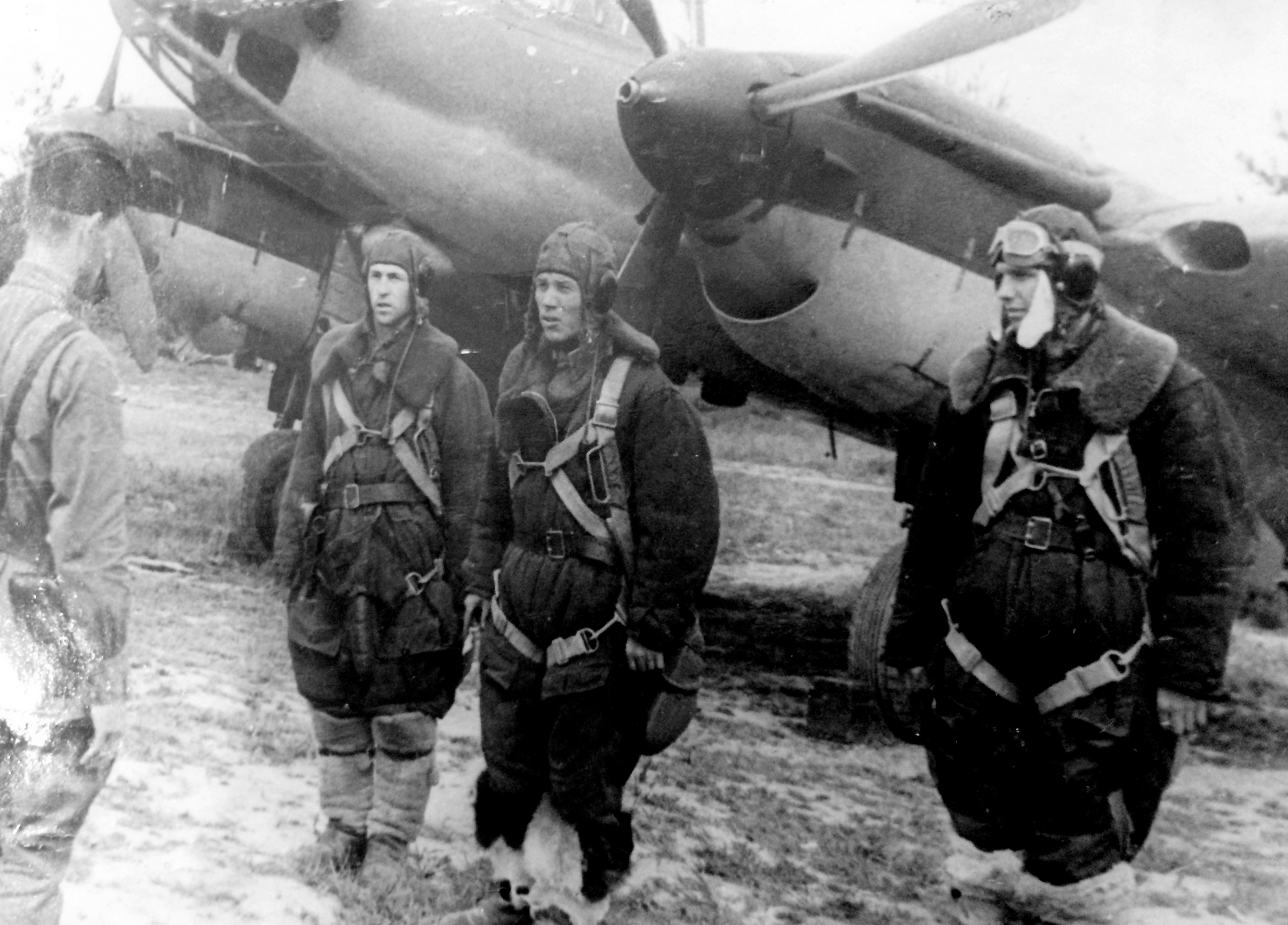 Aircrew Soviet 48GAPDr officer gives last minute mission instructions to a crew 01