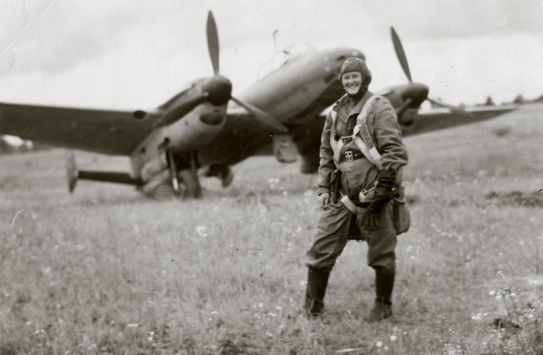Aircrew Soviet 58BAP with female radio operator Malkova June July 1943 01
