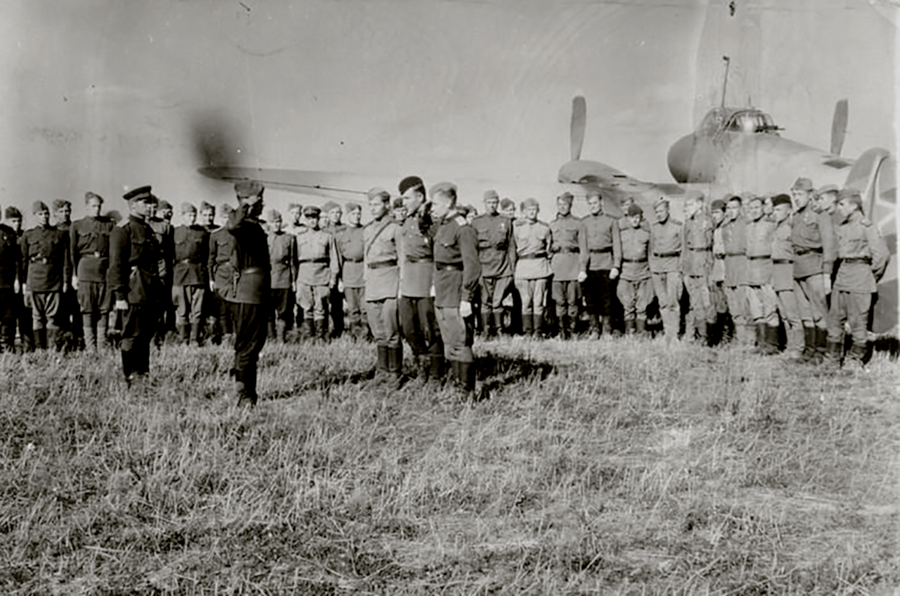 Aircrew Soviet 779BAP with Technicians and mechanics of the 2Sqn in 1944 02