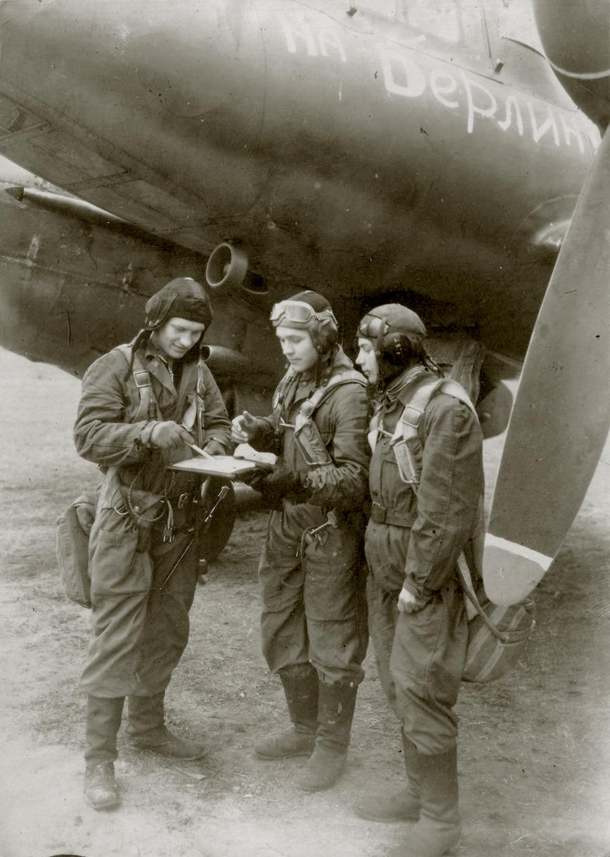 Aircrew Soviet 82GvBAP slogan To Berlin with radio operator Anatoly Ivannikov and commrades 01
