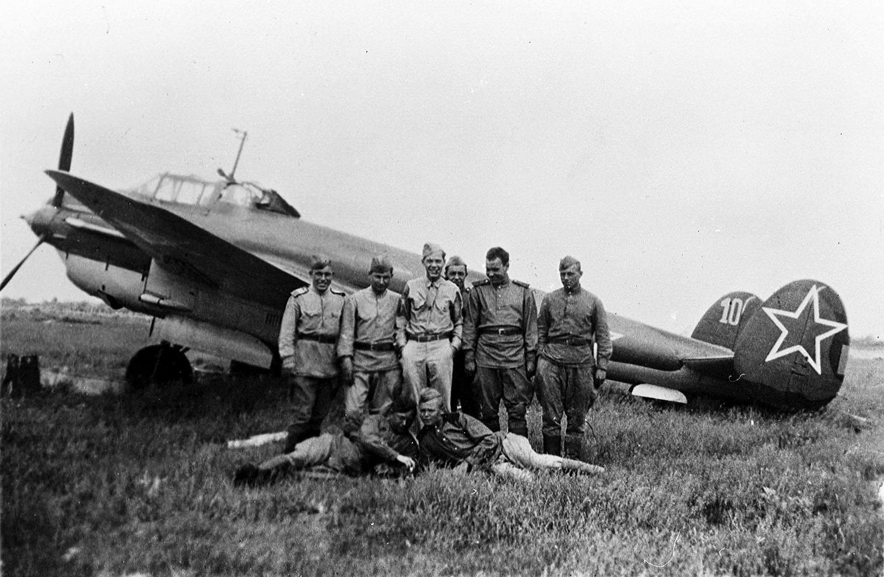 Detente Soviet pilots with an American GI pose for a photo against a Pe 2 Poltava June 1944 01
