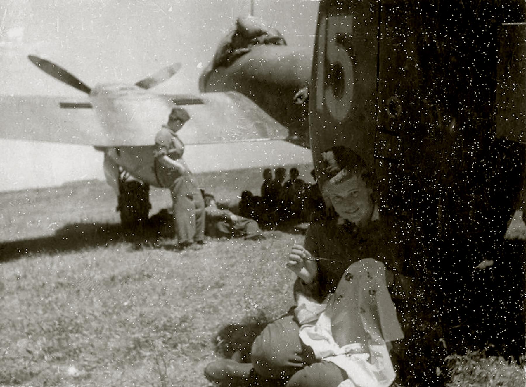 Petlyakov Pe 2 125GvBAP White 15 with armament master AV Artemyev 01
