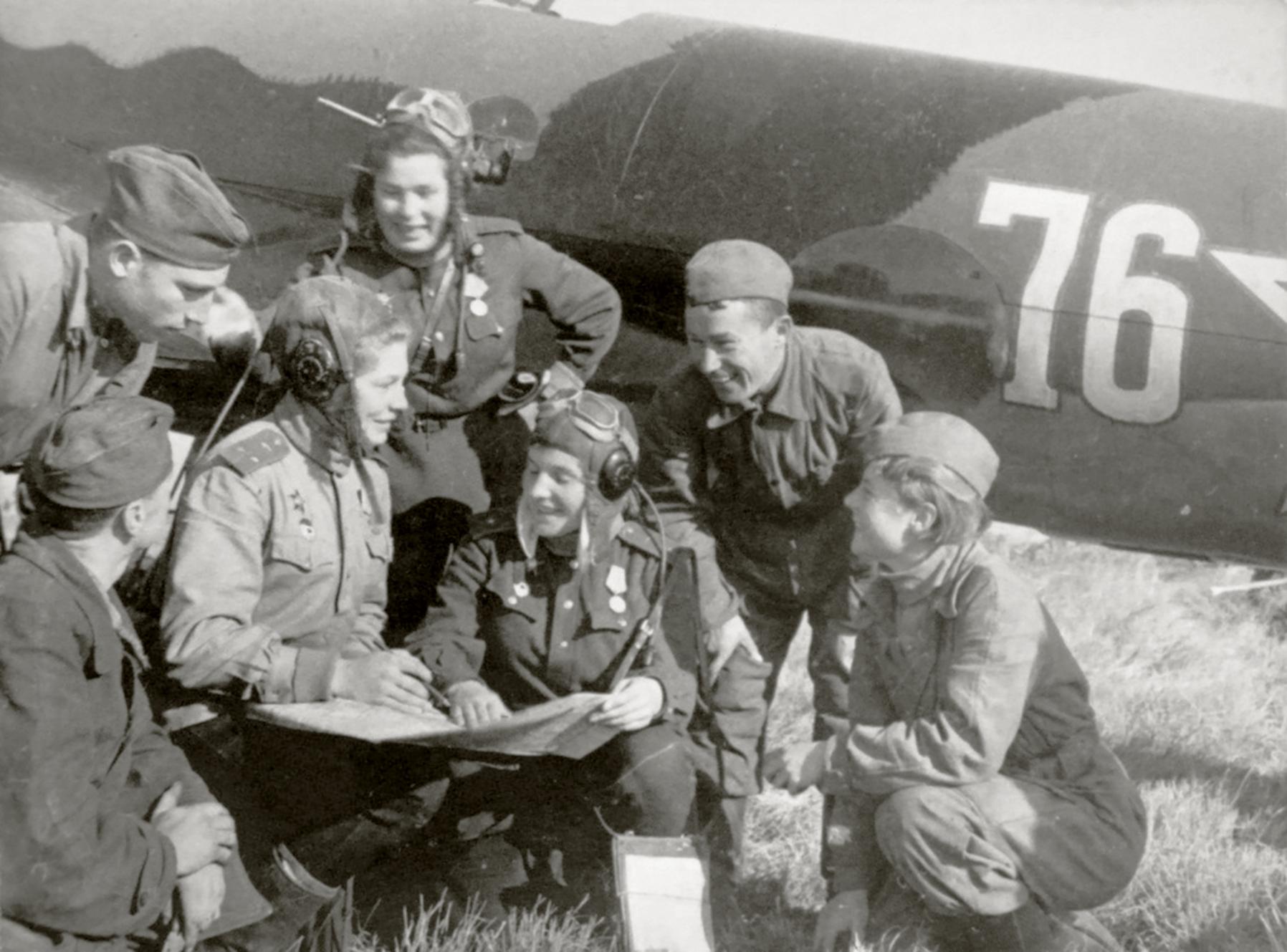 Petlyakov Pe 2 125GvBAP White 76 with navigator Lt Klara Fedorovna Dubkova with commrades 01