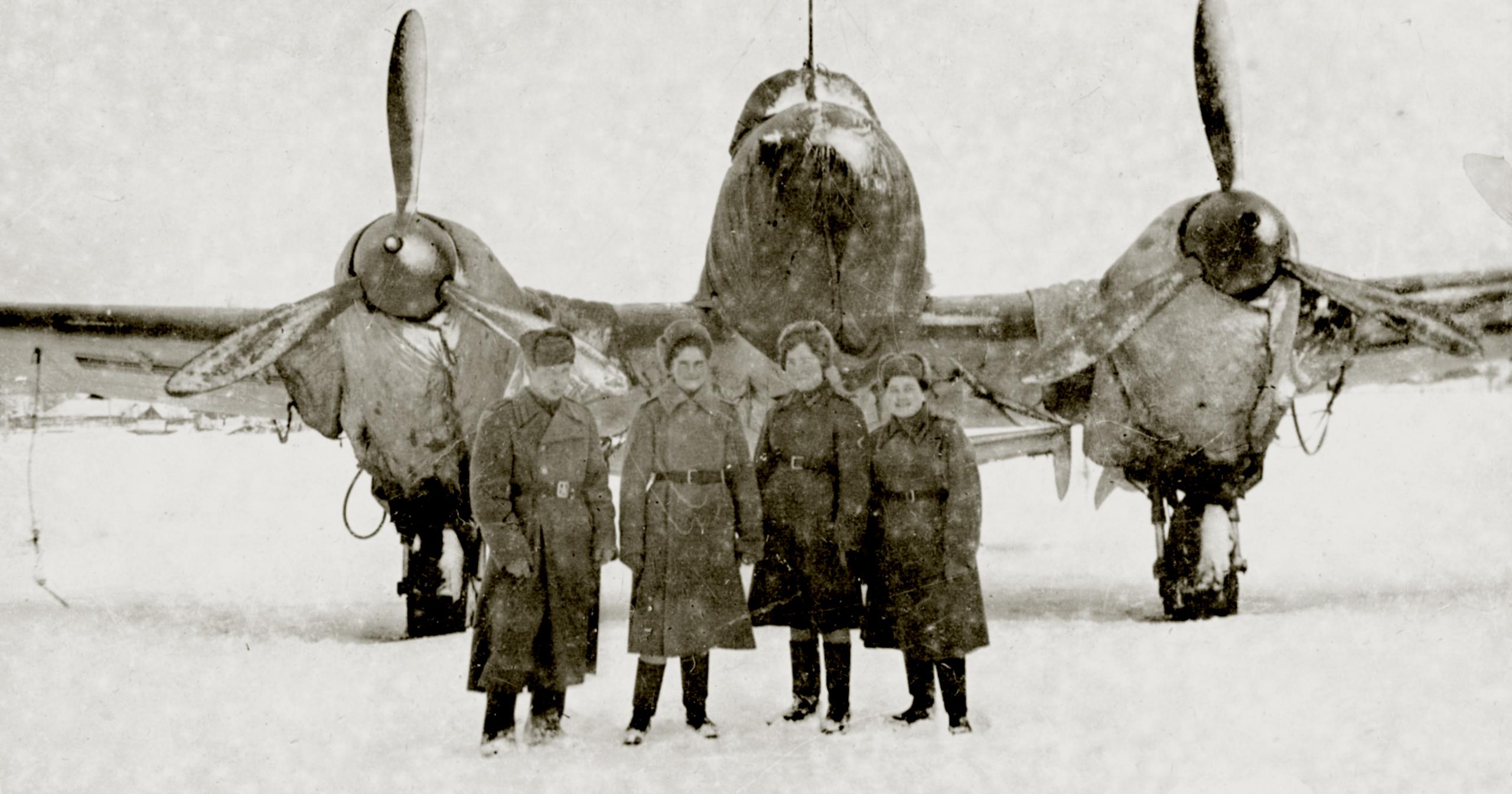 Petlyakov Pe 2 125GvBAP with their female crew 01