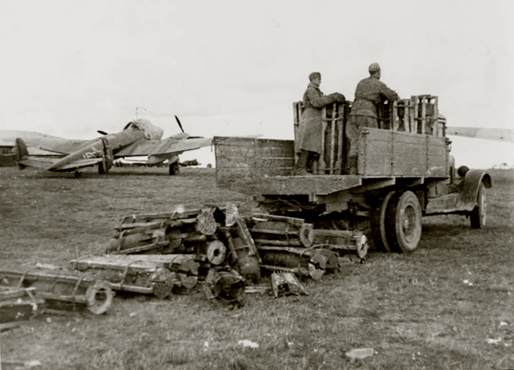 Petlyakov Pe 2 140BAP White 16 Lyady Belarus Russia border 1944 01