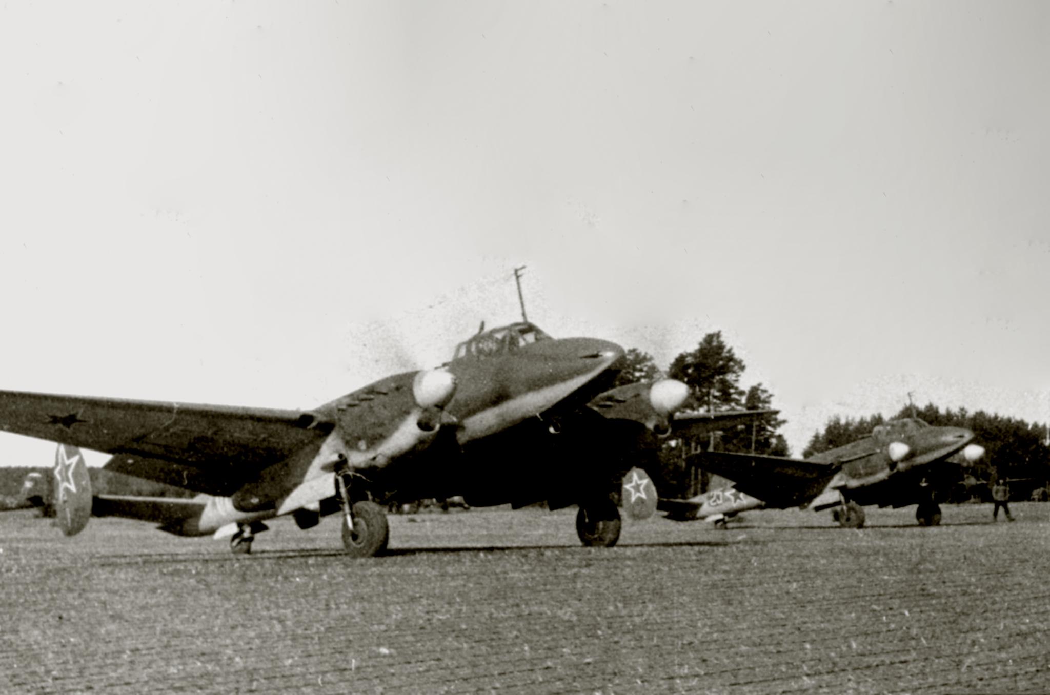 Petlyakov Pe 2 140BAP White 25 Leningrad front 1944 01