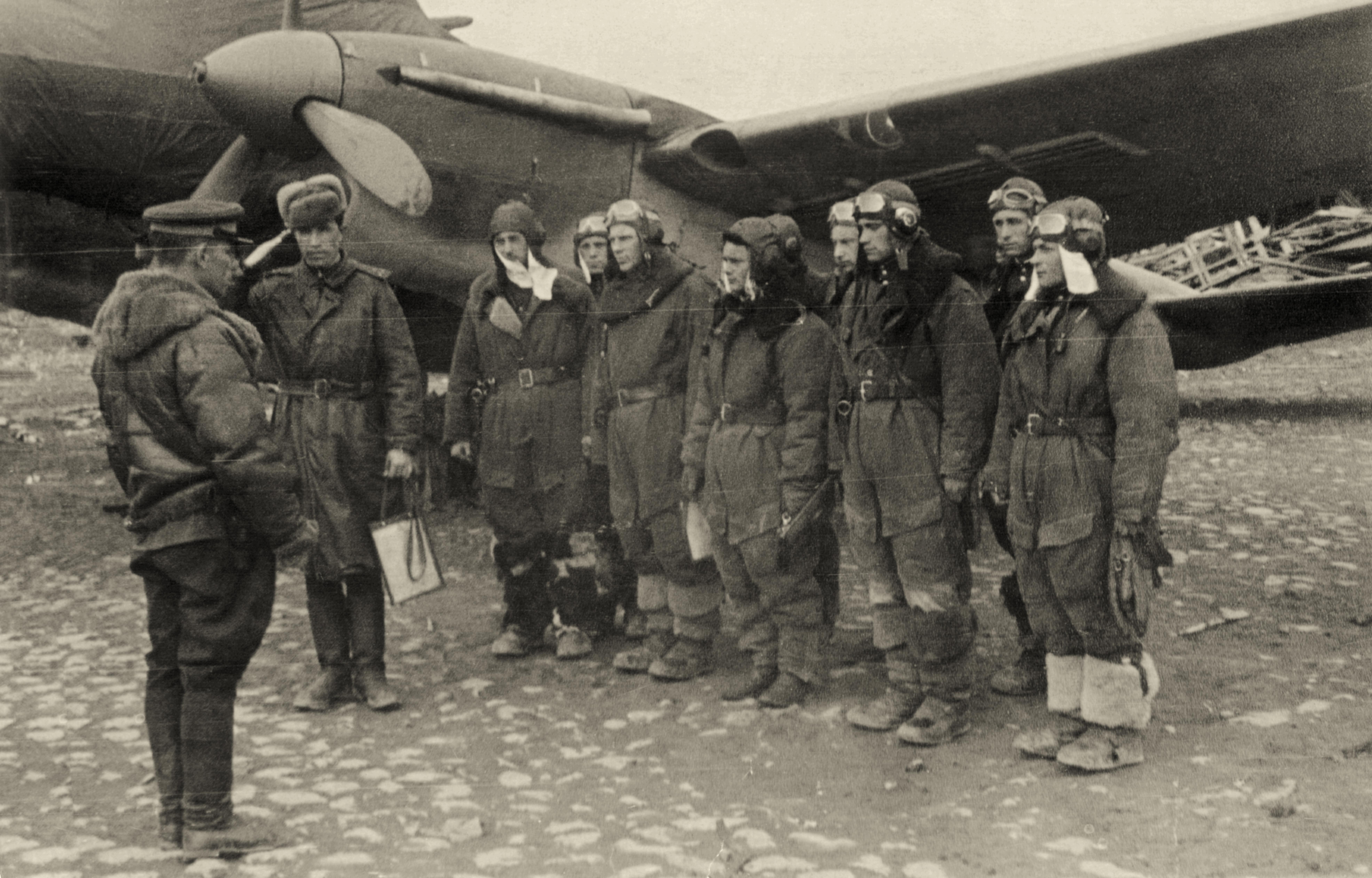 Petlyakov Pe 2 140BAP with Alexei Grigorievich Moiseenko briefing crews 01