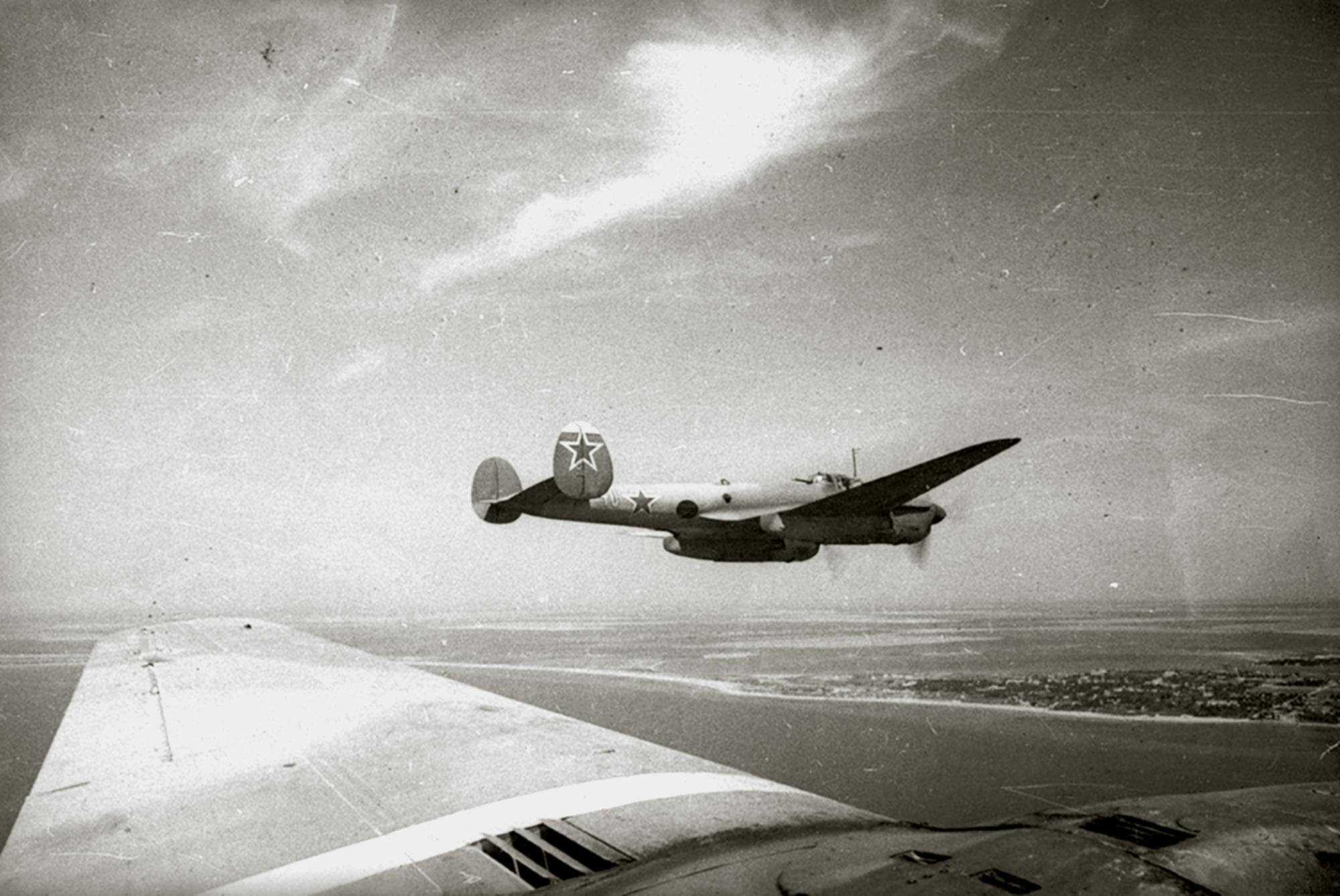 Petlyakov Pe 2 40GvBAP unit no 40 returning to its base 1943 02