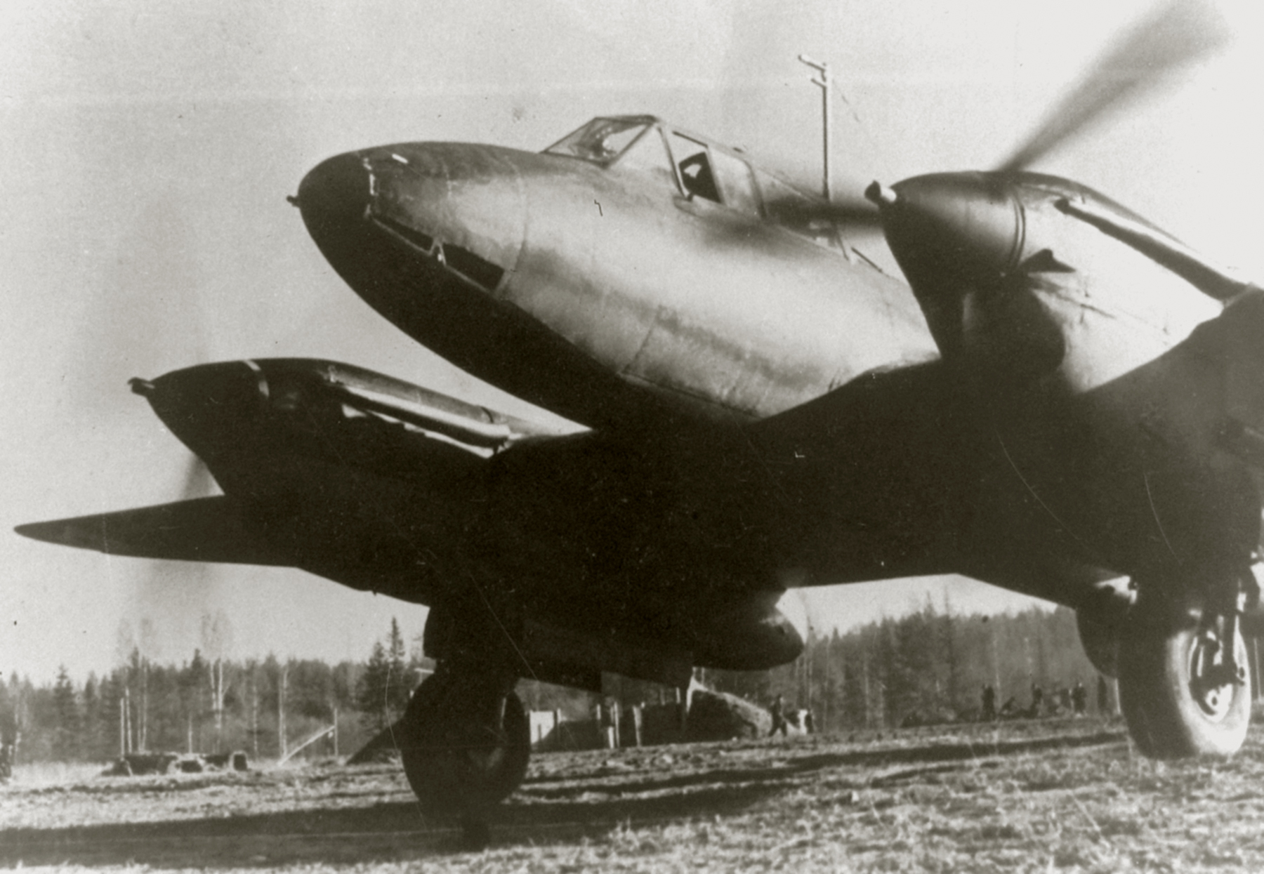 Petlyakov Pe 2 48GAPDr taxiing for its next mission 01