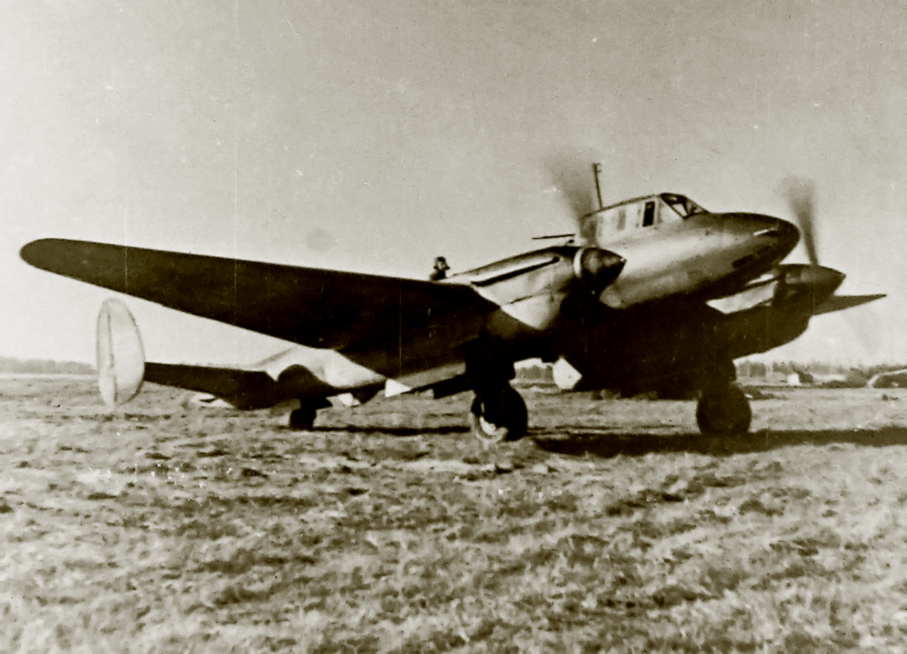 Petlyakov Pe 2 48GAPDr taxiing for its next mission 02