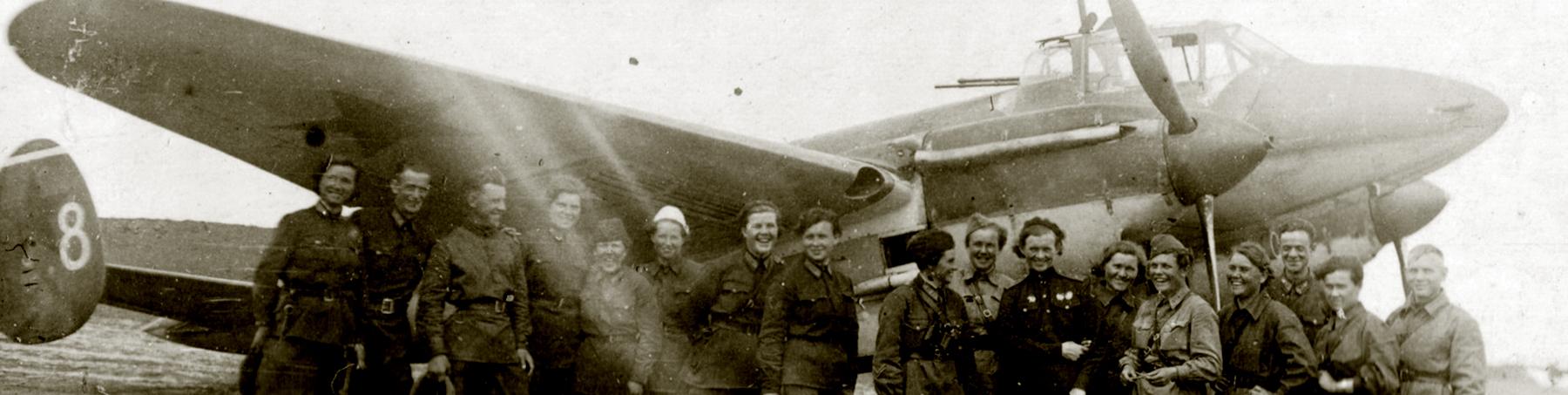 Petlyakov Pe 2 587BAP White 8 group photo with their female crews 01