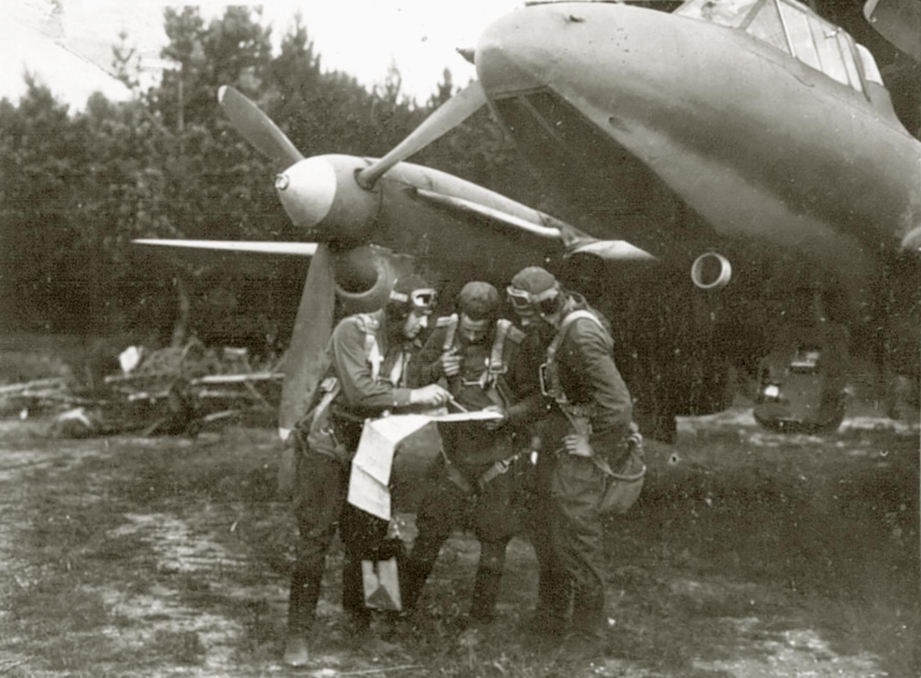 Petlyakov Pe 2 80GvBAP with crew Gulyaev,Pivovarov and Shevchenko 01