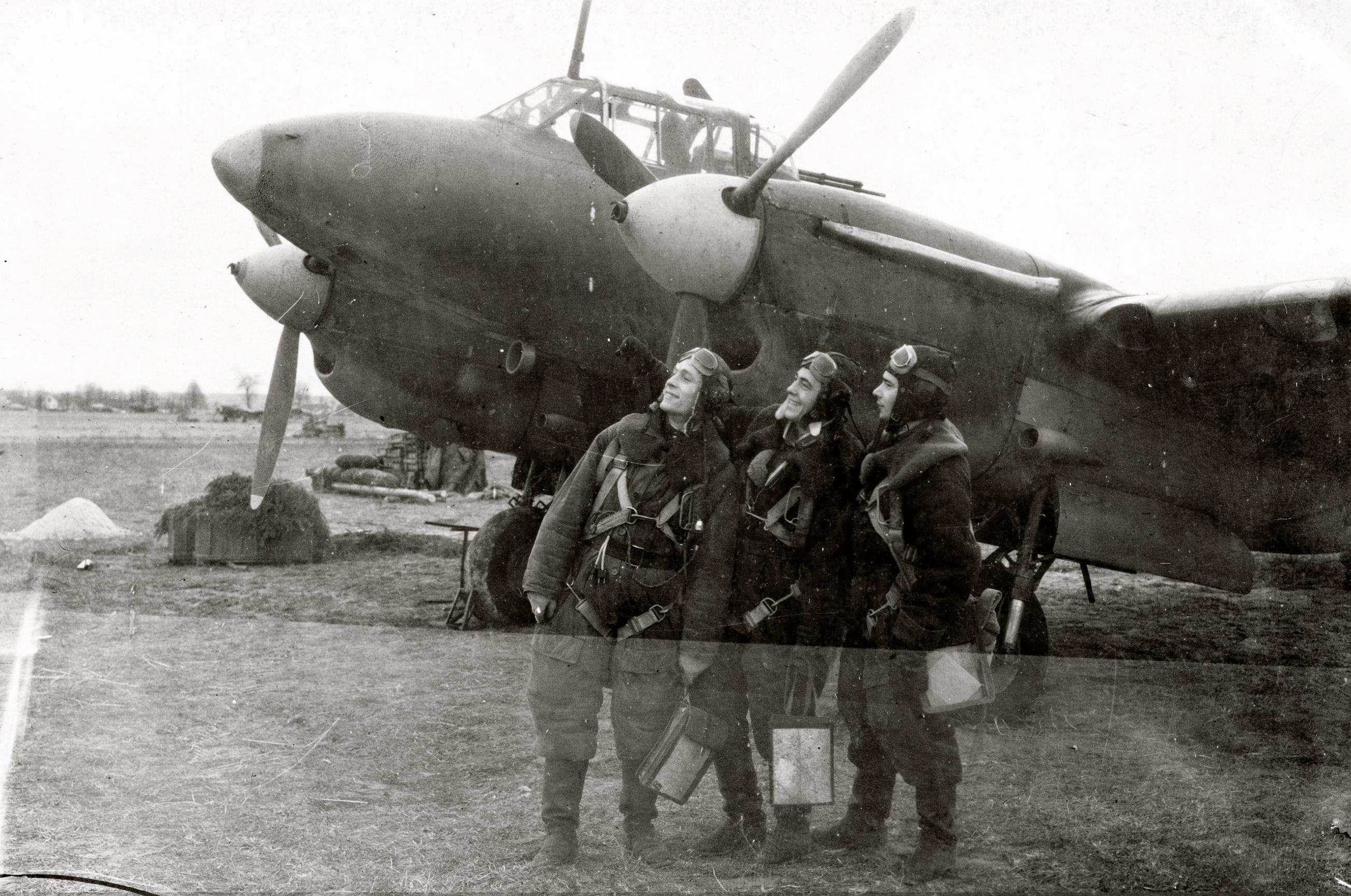 Petlyakov Pe 2 80GvBAP with crew at the Schebzheshin airfield 1944 01