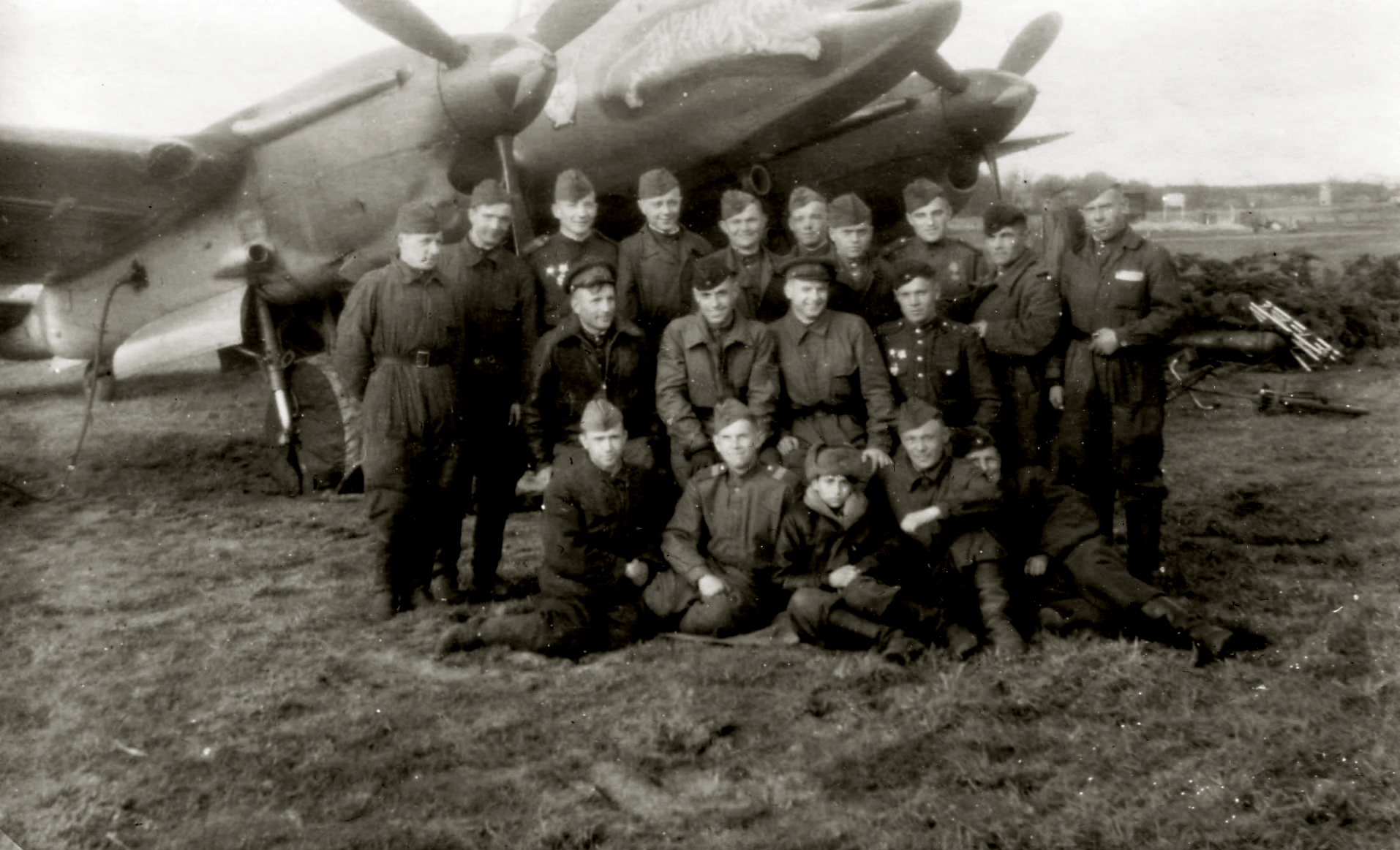 Petlyakov Pe 2 81GvBAP with Jumping Tiger artwork and Soviet personnel 29th Dec 1944 01