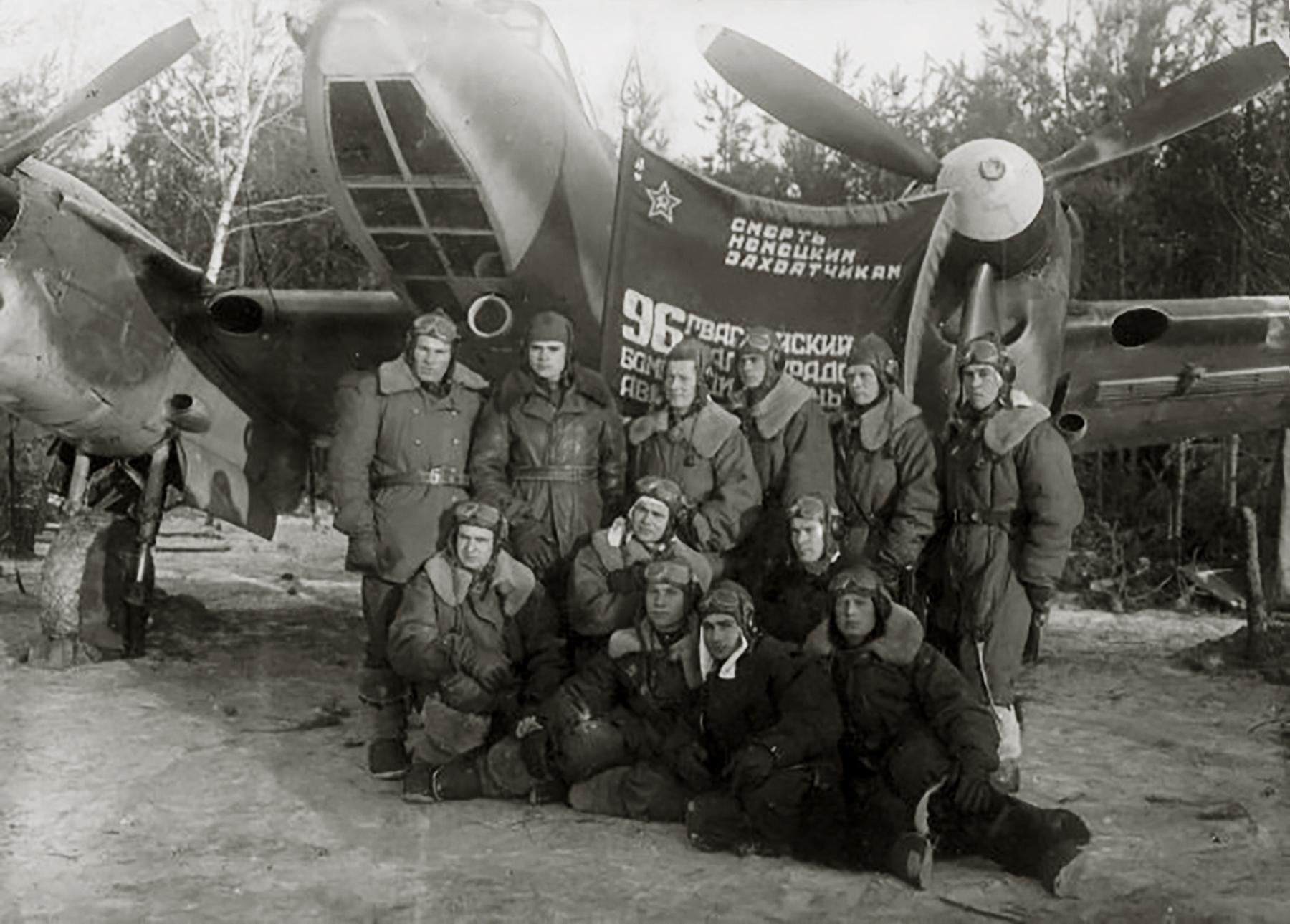 Petlyakov Pe 2 96GvBAP HSU Vasily Petrovich Melnik and commrades in 1945 01