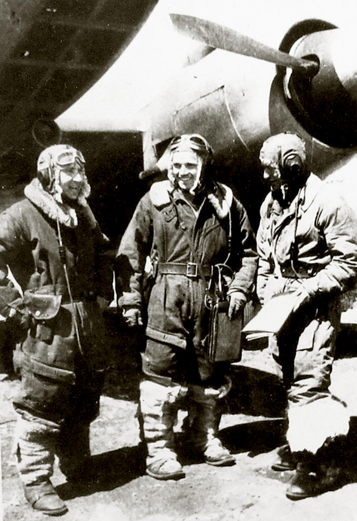 Petlyakov Pe 2 M82 48GAPDr with flight crew 01
