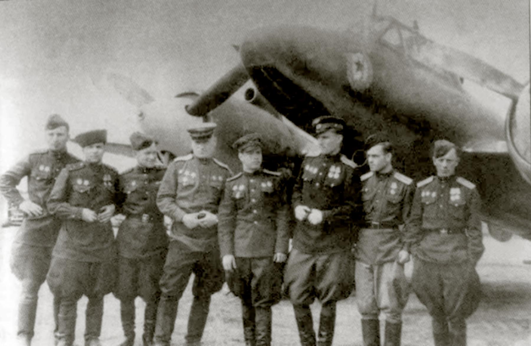 Petlyakov Pe 2 M82 99GvDRAP unit crew members with various awards 01