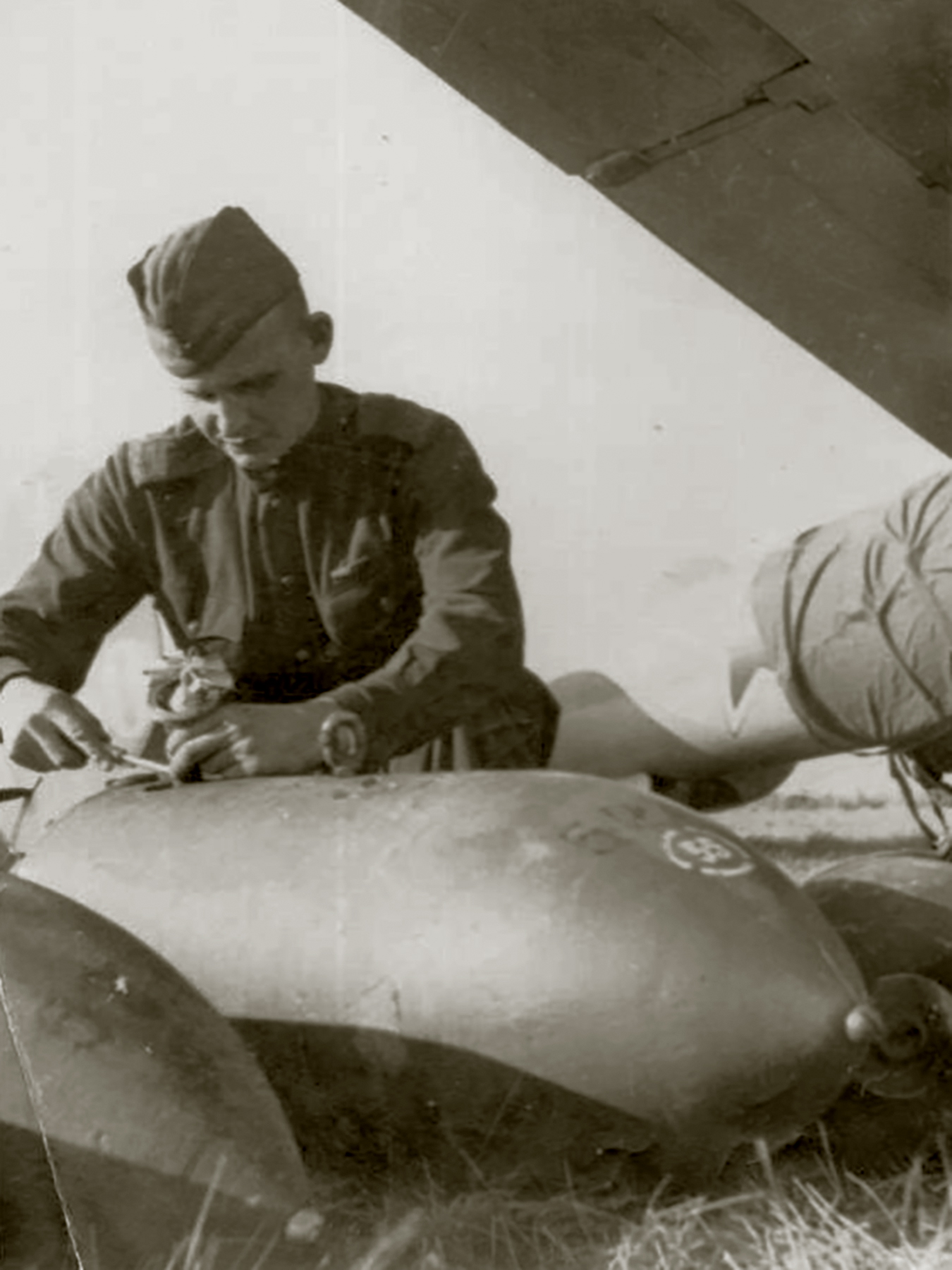 Petlyakov Pe 2 being rearmed with 250kg bombs at the Uglovo airfield in 1943 01