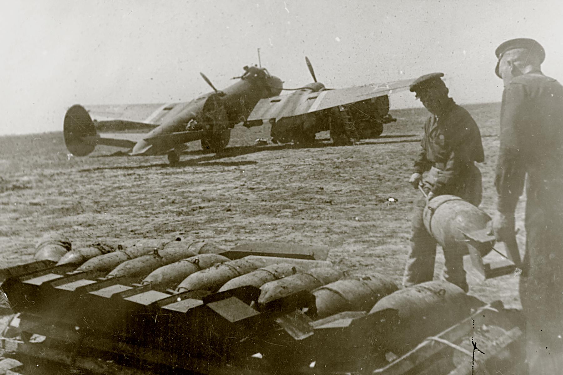 Petlyakov Pe 2 type 205 40GvBAP Northern Fleet being rearmed Crimea 1943 01