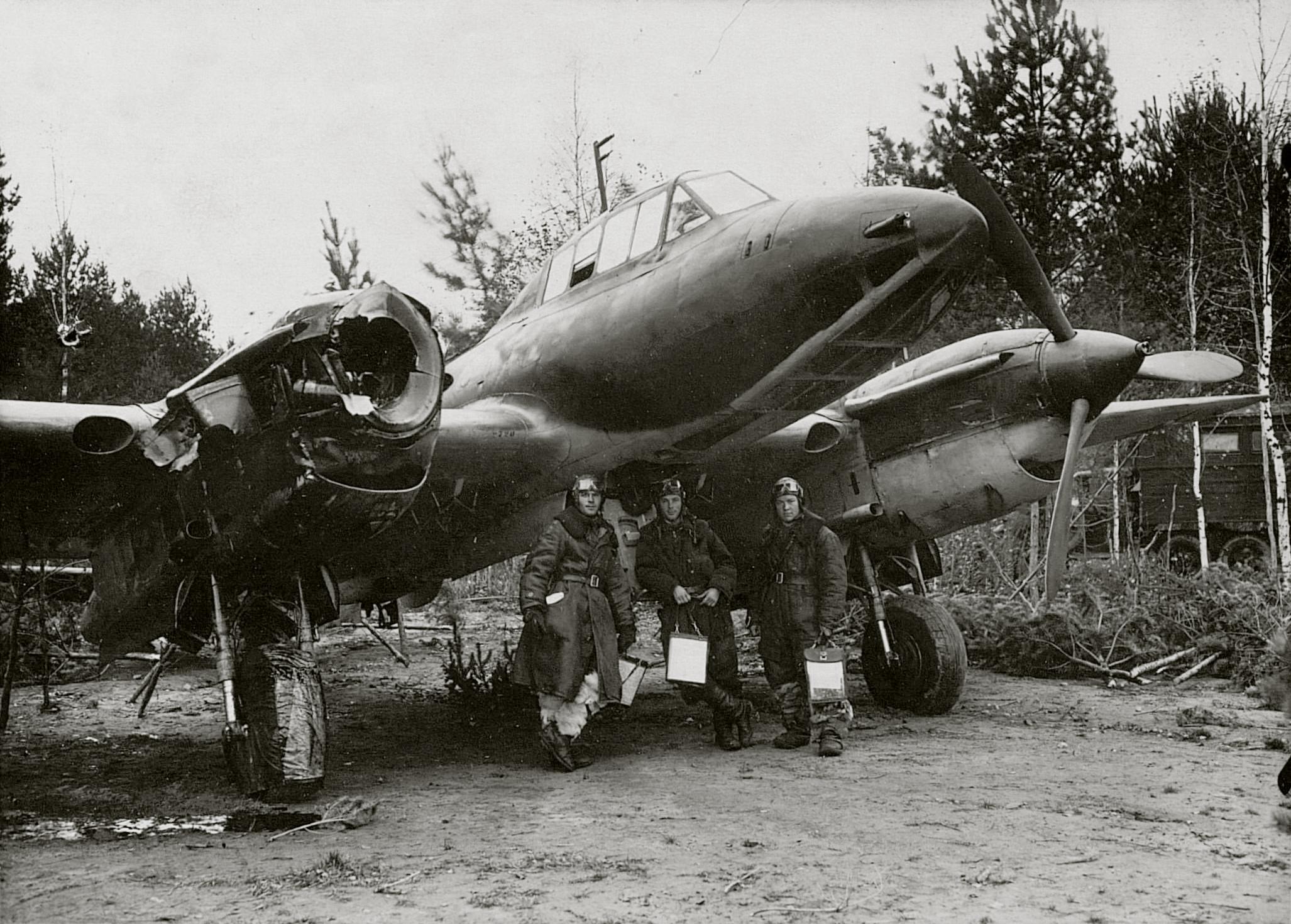 Petlyakov Pe 2R 11ORAP Reconnaissance unit sn 2720 damaged returned back to base Oct 1942 01