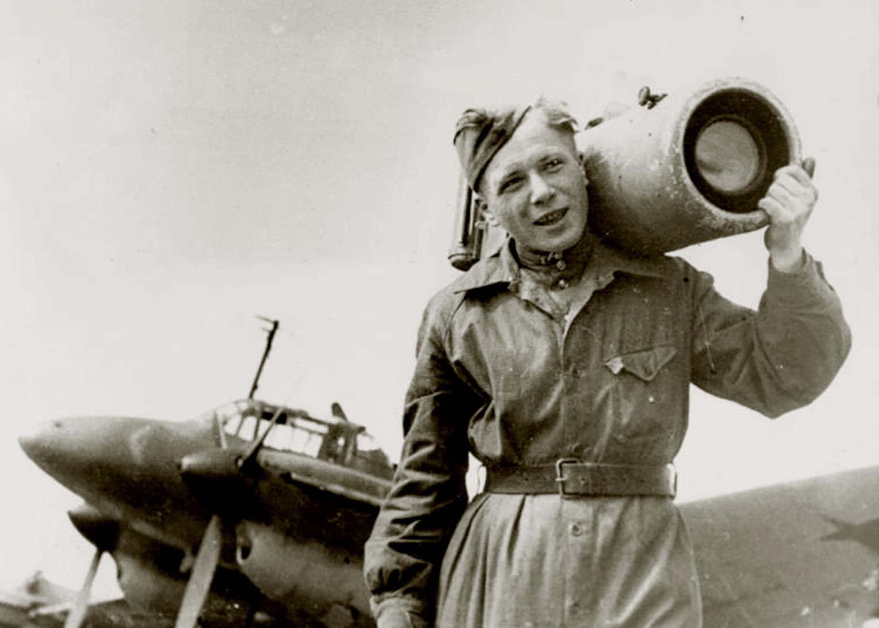 Petlyakov Pe 2R 13VA with a technician and a loaded AFA 1 camera 1943 01