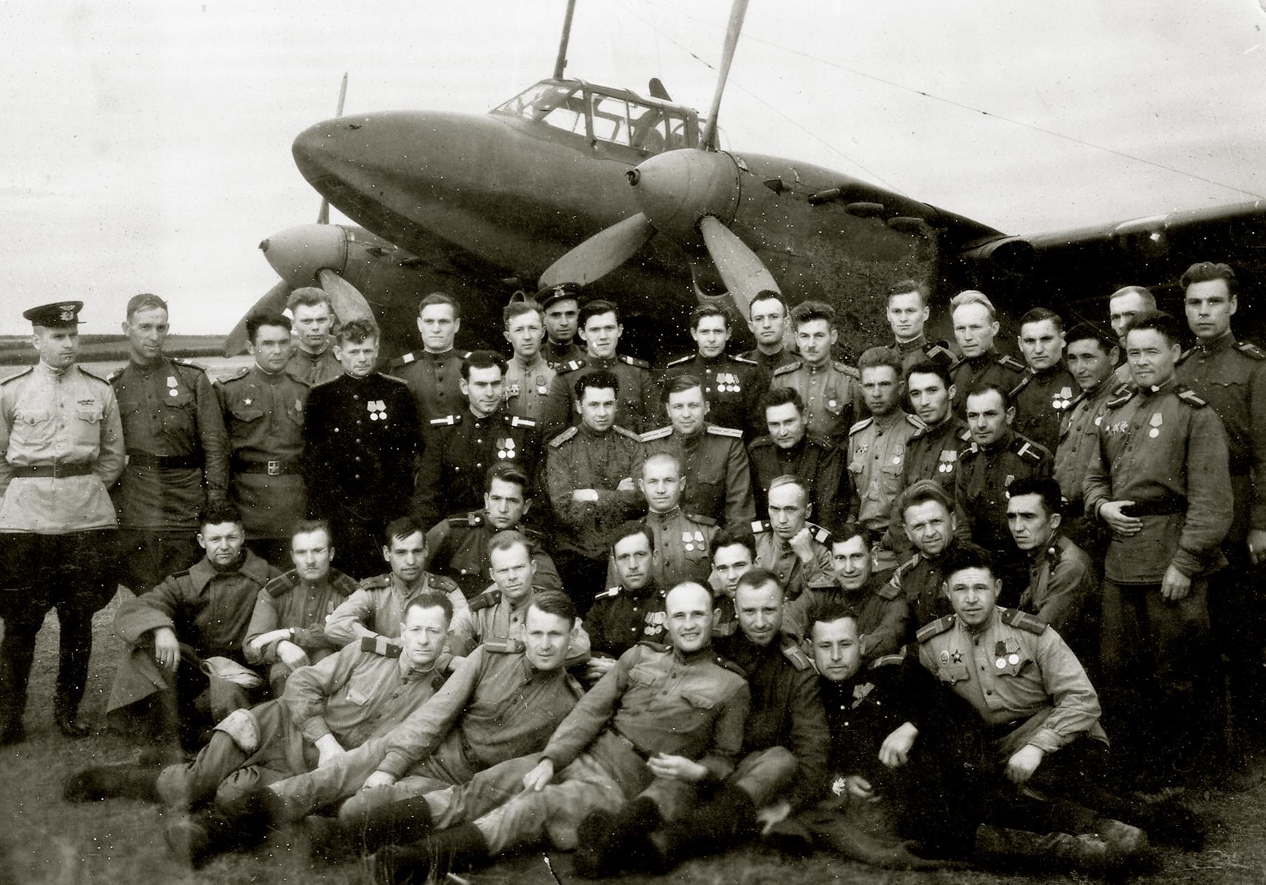 Petlyakov Pe 2R 39ORAP group photo taken May 1945 01