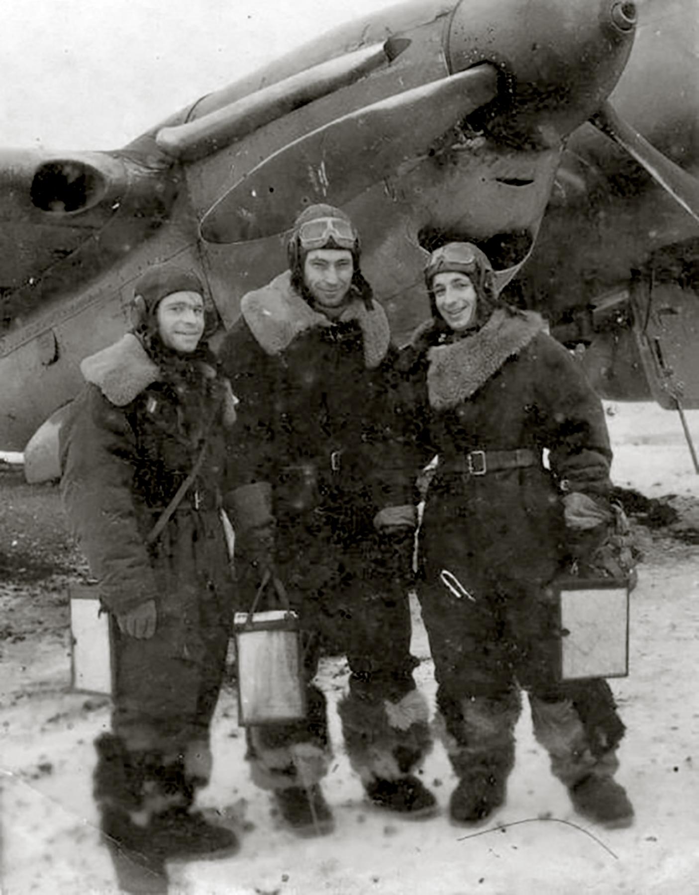 Petlyakov Pe 2R 39ORAP with crew Ukraine winter 1943 44 01