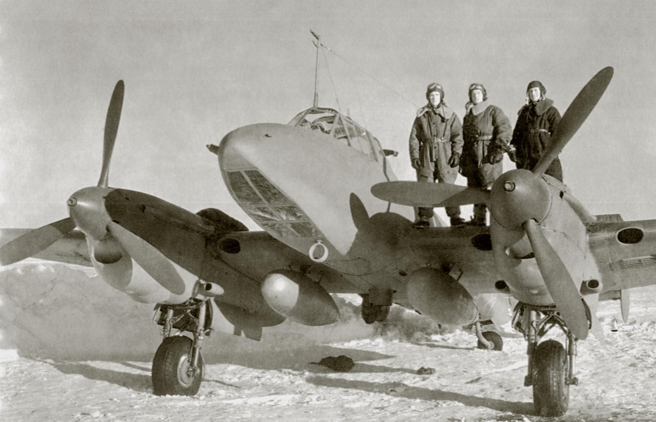 Petlyakov Pe 2R 47ORPS crew of Anatoly Popov with drop tanks or PTBs winter 1943 44 01