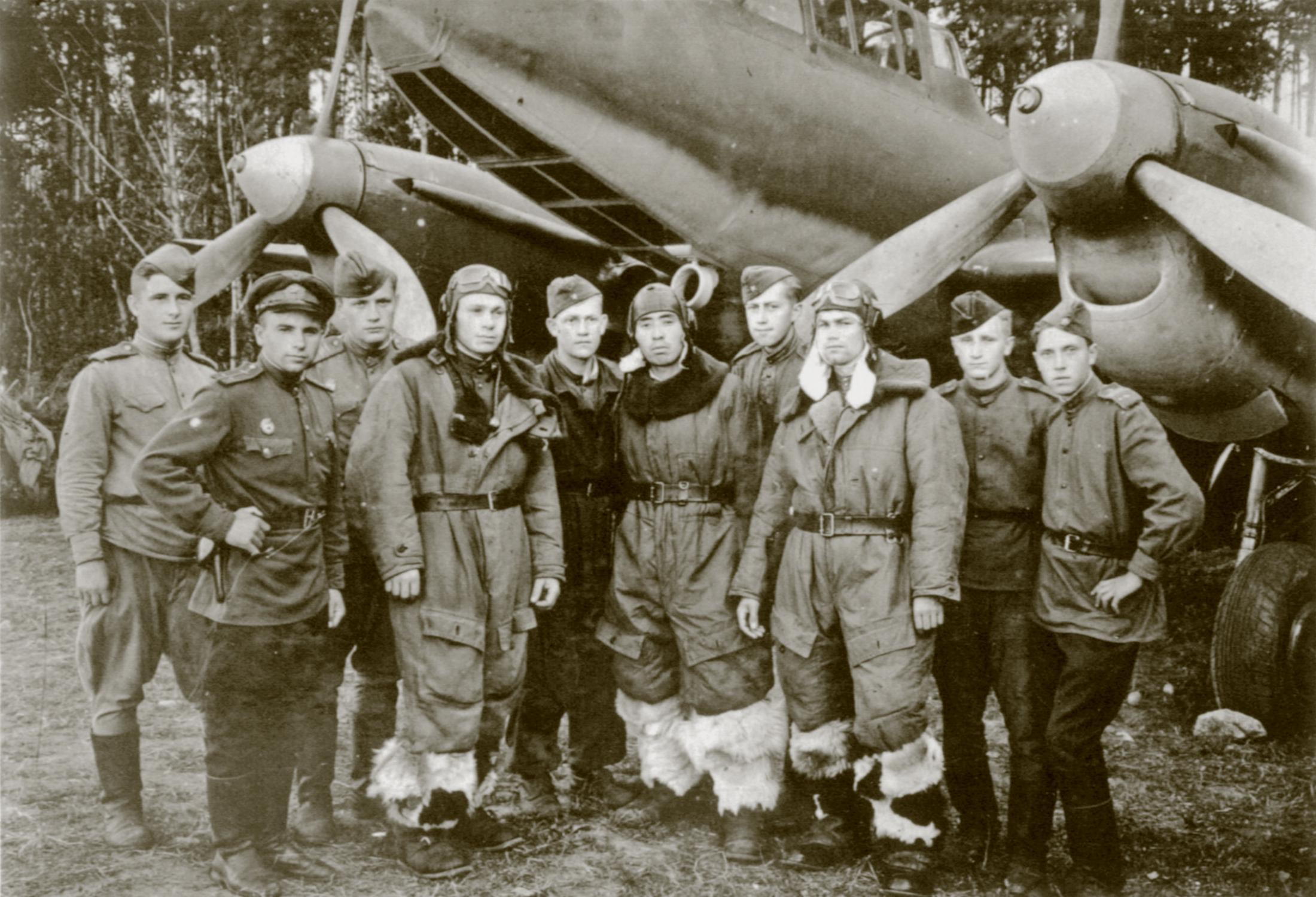 Petlyakov Pe 2R 47ORPS crew of Captain Dunaevsky and ground crew members 1945 01