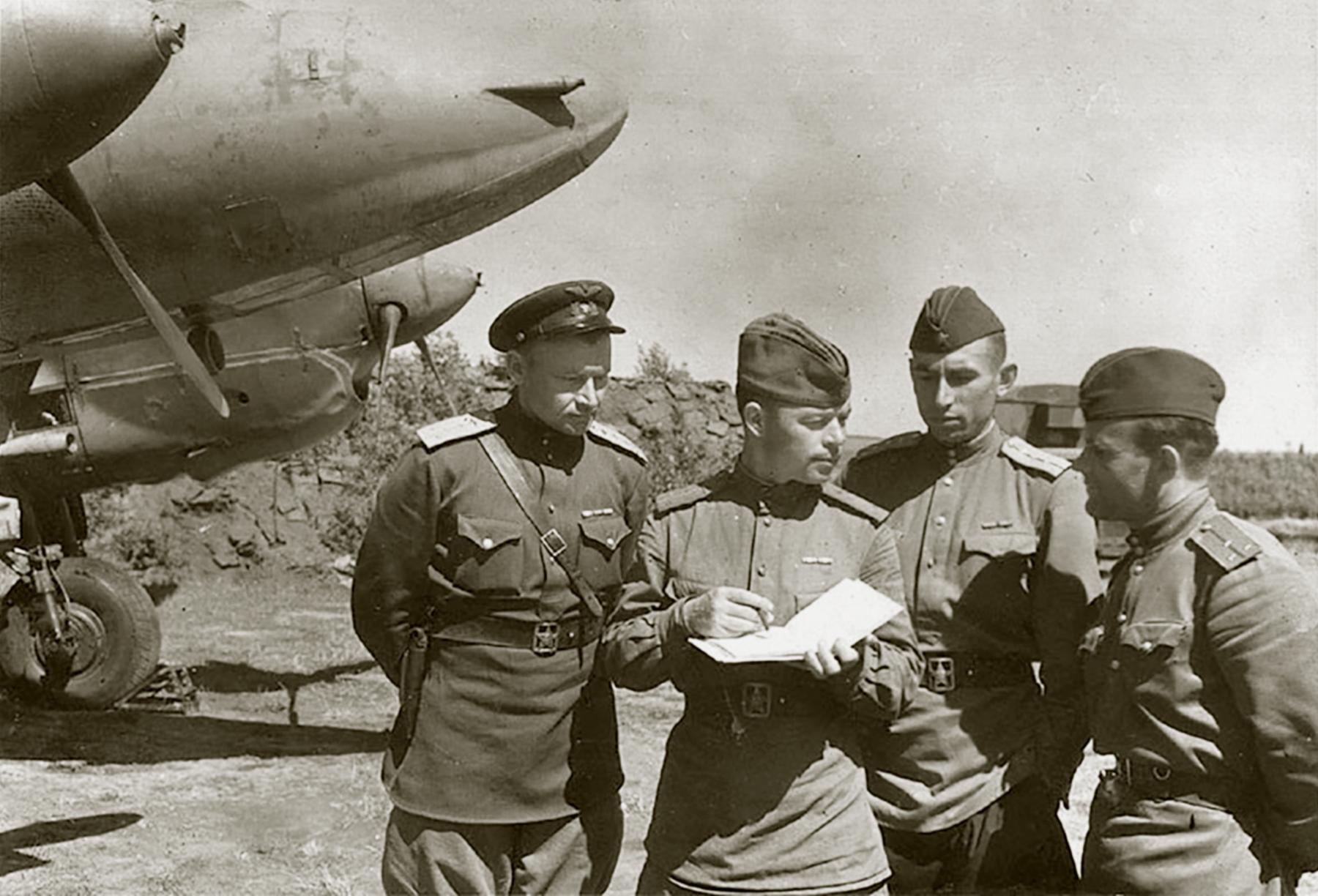 Petlyakov Pe 2R 511RAP with Sqn Cmdr Maj Grishanov (r) and sqn navigator Capt Tarasyutin 03