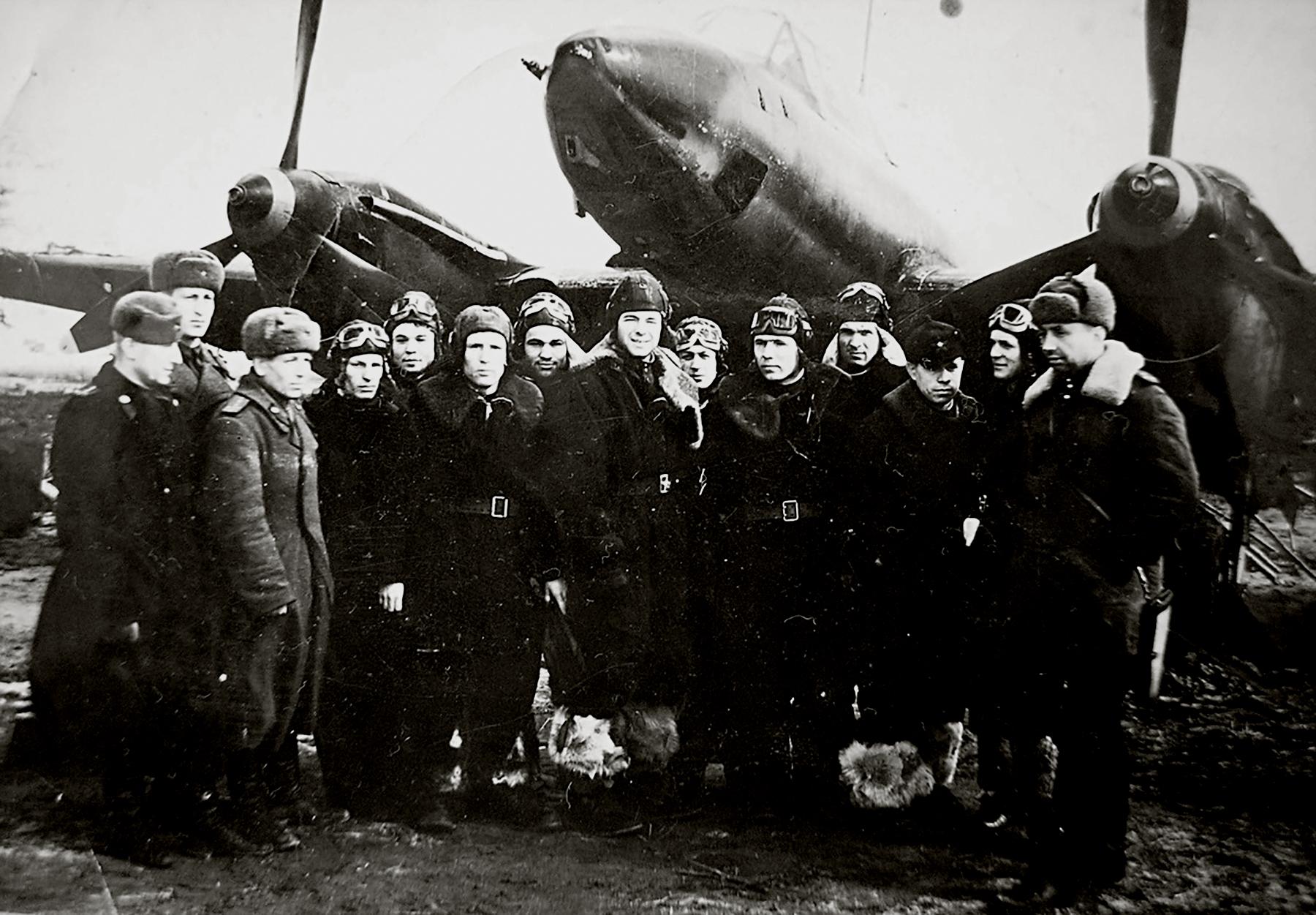 Petlyakov Pe 3 47ORPS group photo 01